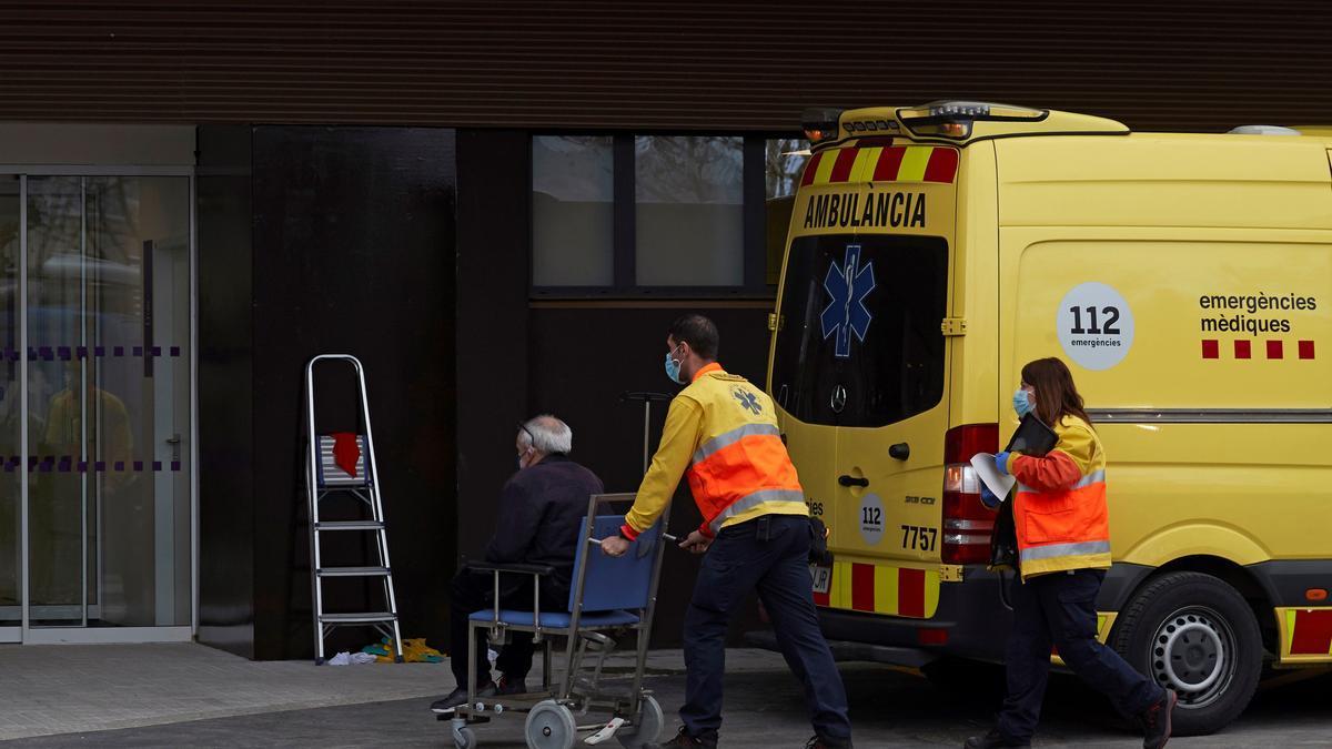 """Dos técnicos de emergencias trasladan a un paciente al """"hospital satélite"""" del Hospital Universitario de Bellvitge. EFE/Alejandro García/Archivo"""