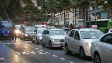 Varios taxis, durante la protesta de este lunes en Santa Cruz
