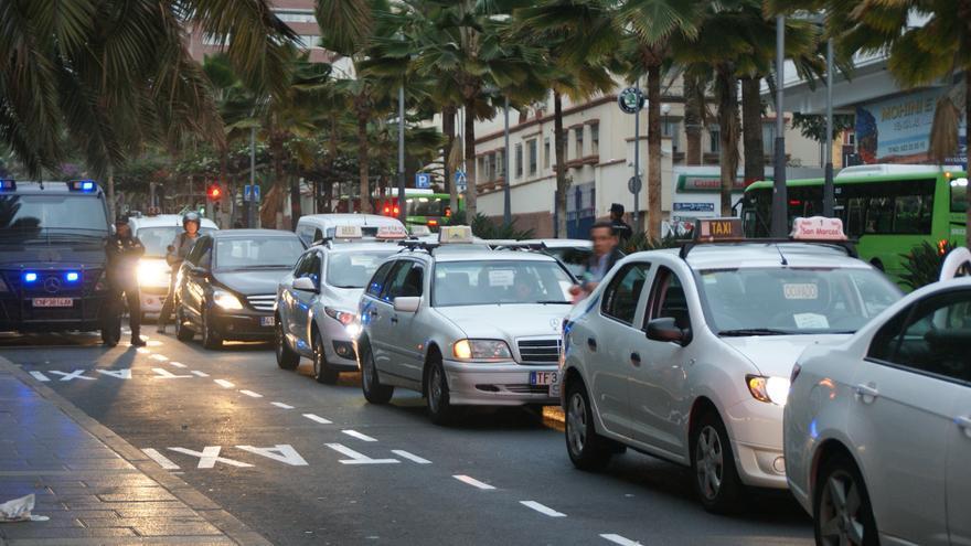 Varios taxis, durante la protesta del lunes de la semana de Reyes en Santa Cruz