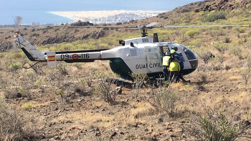 Helicoptero de la Guardia Civil en el momento del rescate de un participante de la Transgrancanaria.