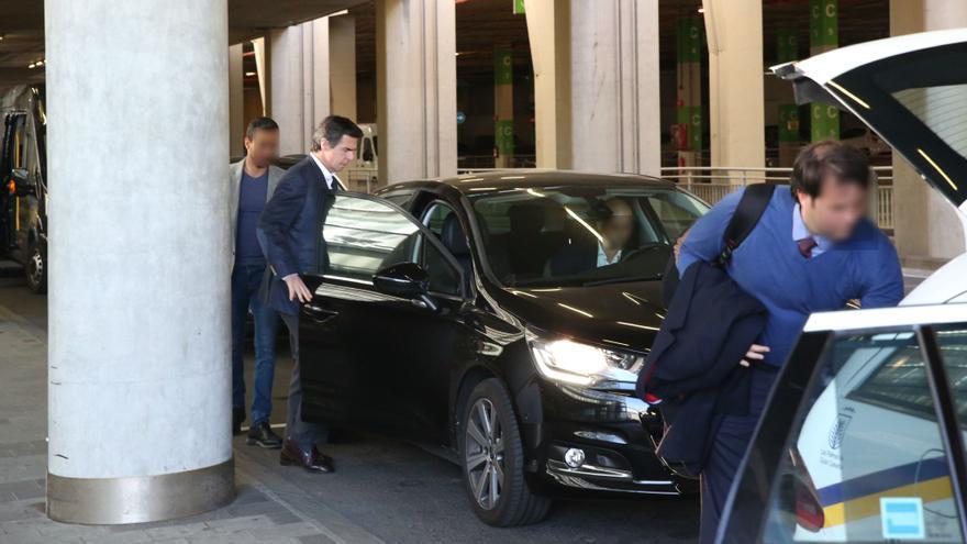 José Manuel Soria se sube al coche policial camuflado en el aeropuerto de Gran Canaria. (ALEJANDRO RAMOS)