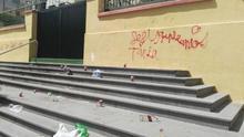Basura en la entrada principal del colegio público San Fernando, este domingo en Santa Cruz