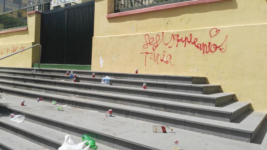 Basura en la entrada principal del colegio público San Fernando, en Santa Cruz