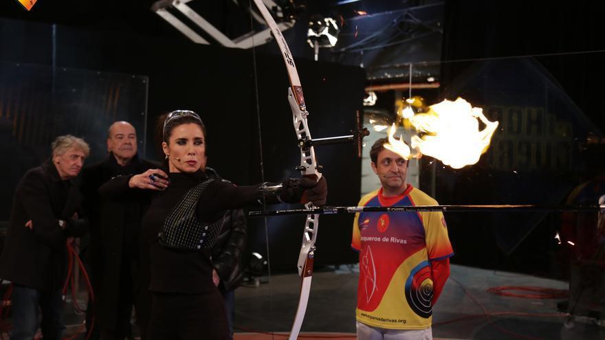 Pilar Rubio dispara con arco en El Hormiguero