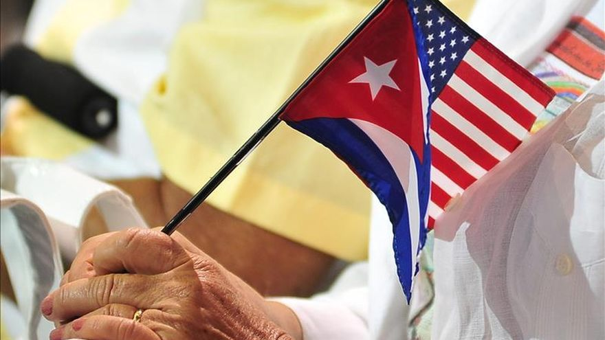 El 73 por ciento de los latinos a favor de restablecer las relaciones con Cuba, según sondeo