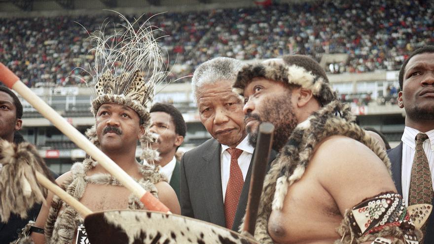 Mandela conversa con Jacob Zuma poco antes de un discurso ante 80.000 seguidores del Congreso Nacional Africano en octubre de 1993 / Foto: AP