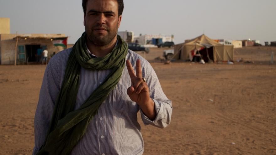 Activista saharahui que ha acudido al festival de cine FiSahara para denunciar la represión a los saharahuis en los territorios ocupados por Marruecos. / Gabriela Sánchez.