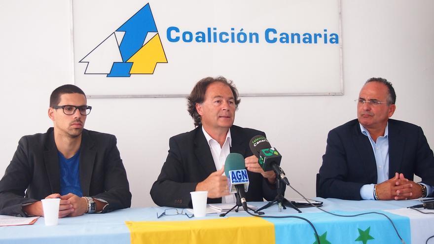 Abraham Darias (i), Javier Morales (c) y Víctor Chinea (d) durante la rueda de prensa celebrada en La Gomera