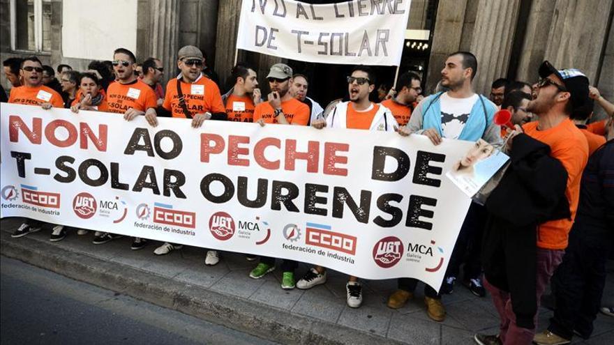 La plantilla de T-Solar protesta a las puertas del Ayuntamiento y la Diputación