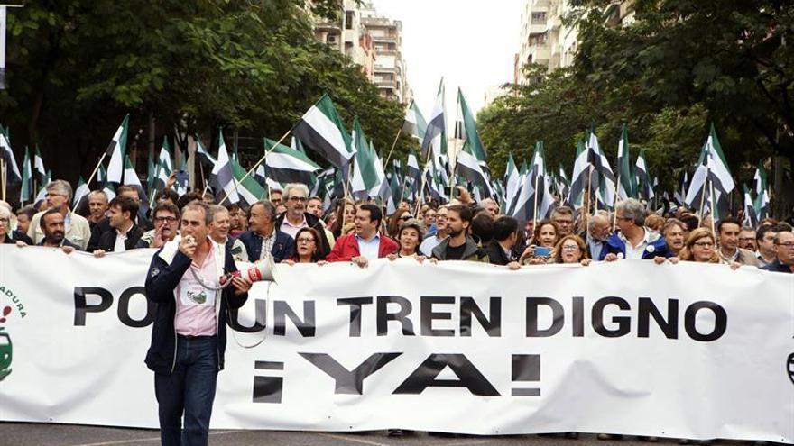 "Miles de extremeños se echan a la calle para pedir a Gobierno un tren ""digno"""