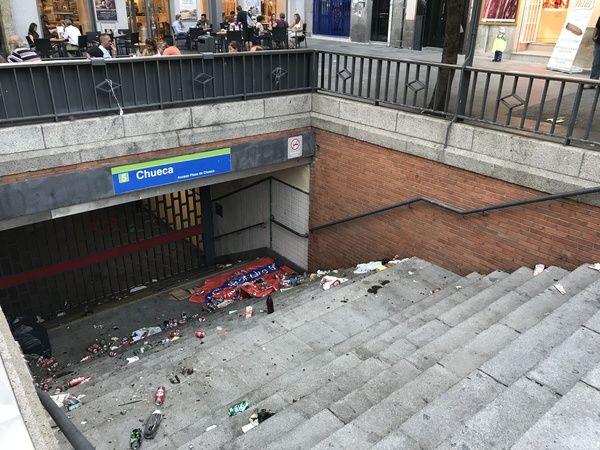 Escaleras de acceso a la estación de Metro de Chueca llenas de basura | Fotografía: Somos Chueca