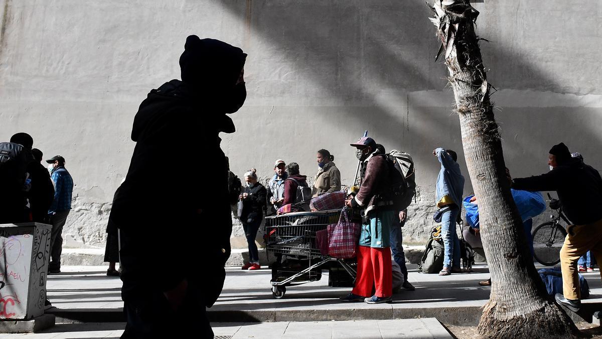 La cola para recoger comida en la calle Arc de Sant Agustí del Raval