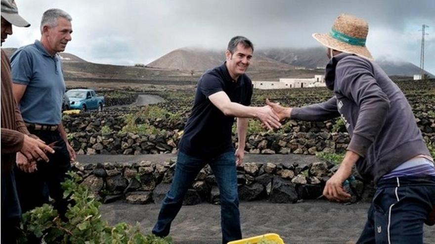 Fernando Clavijo saluda a un agricultor en una visita a Lanzarote