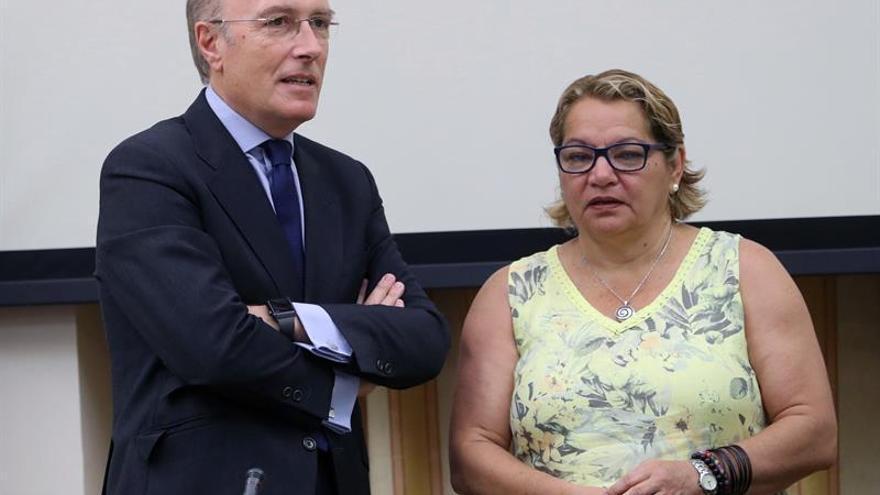 El presidente en funciones de AENA en 2008, Javier Marín San Andrés, junto a la presidenta de la comisión, Meri Pita
