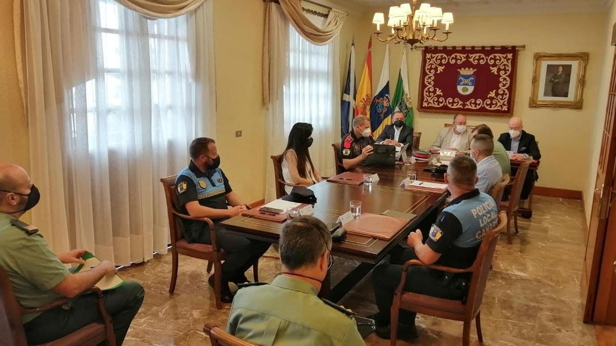 El subdelegado del Gobierno en Santa Cruz de Tenerife, Javier Plata, y el alcalde de El Sauzal, Mariano Pérez, firmaron este miércoles el protocolo para  la protección de las víctimas de la Violencia de Género (VioGén)