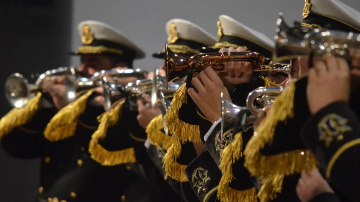 Componentes de la Banda de Cornetas y Tambores La Unión de Baena en una actuación