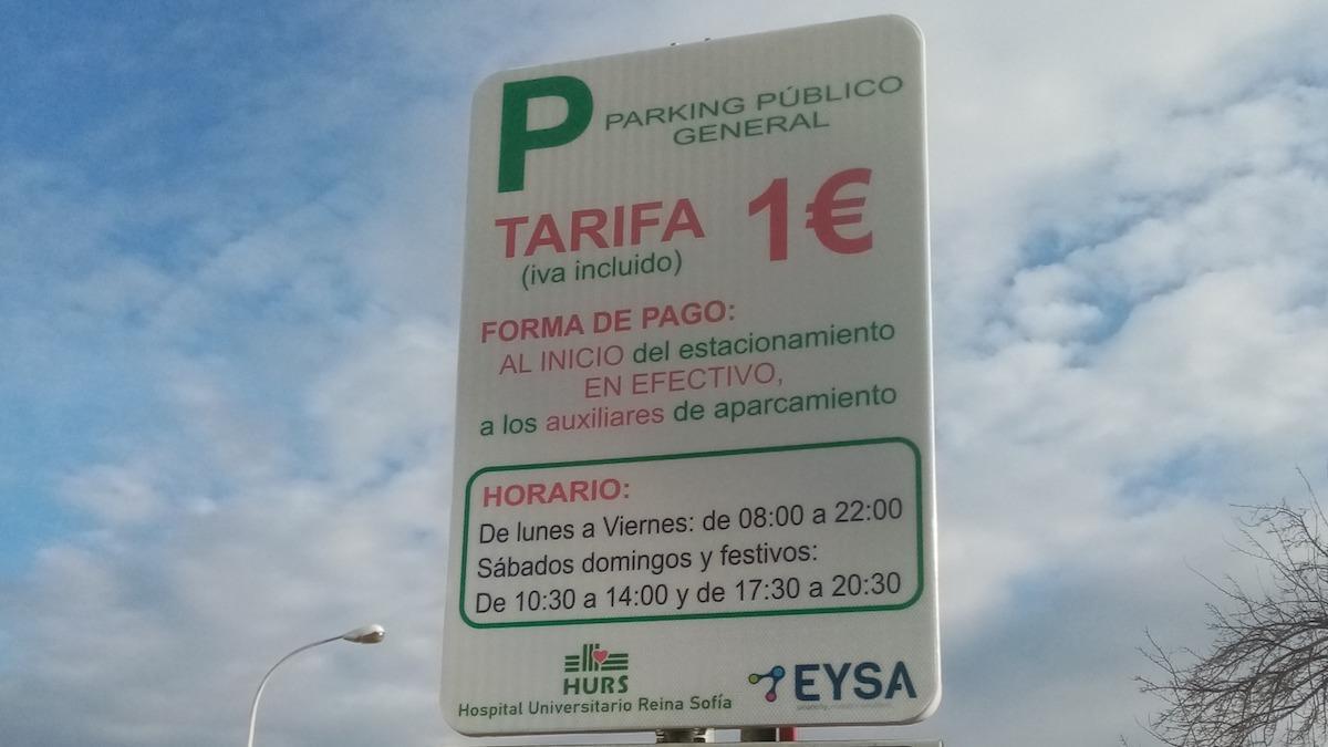 Uno de los carteles que indican el pago de un euro por aparcar en el Reina Sofía