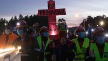 Una multitudinaria marcha nocturna clama en San Cibrao (Lugo) contra los despidos de Alcoa.