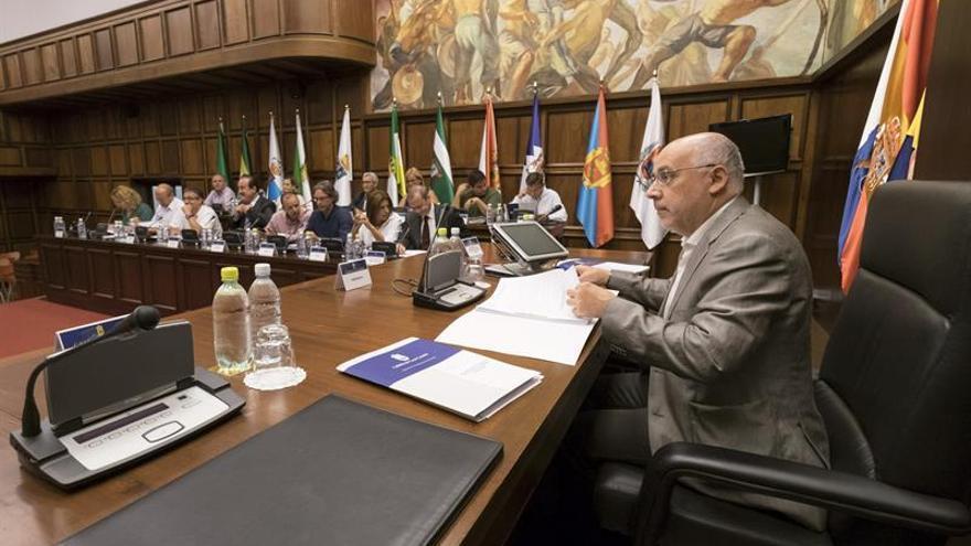 El Cabildo de Gran Canaria presidido por el presidente, Antonio Morales, se reúne con los 21 alcaldes de la Isla para constituir su Consejo de Corporaciones Locales. EFE/Ángel Medina G.