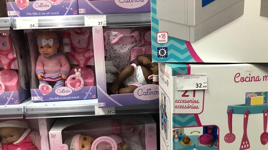 Un muñeco negro escondido tras unas cocinitas en la juguetería Poly de la Gran Vía de Madrid.