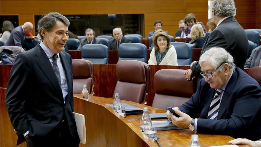 El presidente madrileño cesa a su consejero de Sanidad, Javier Rodríguez.