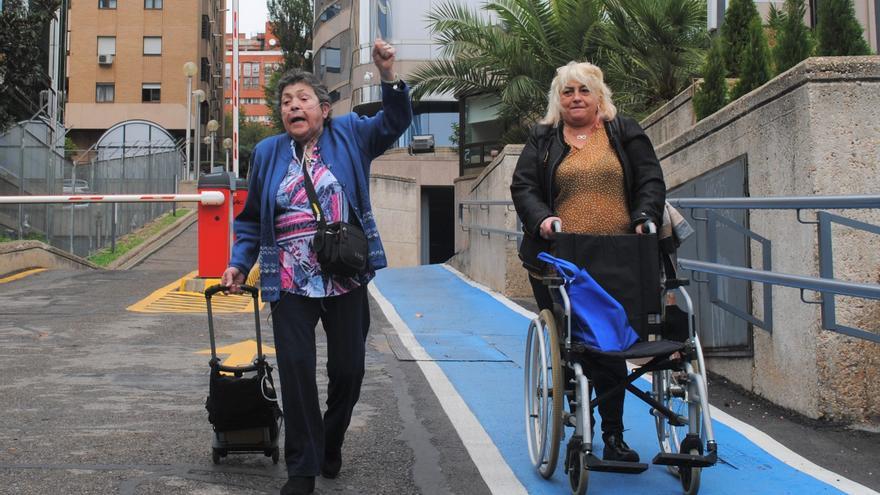 Adelina Ibáñez sale de la Audiencia Provincial de Madrid junto a una de sus hijas después de que se aplace la vista en octubre por segunda vez.