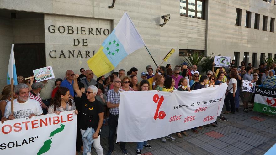 Protesta contra la Ley del Suelo frente a la Delegación del Gobierno de Canarias.