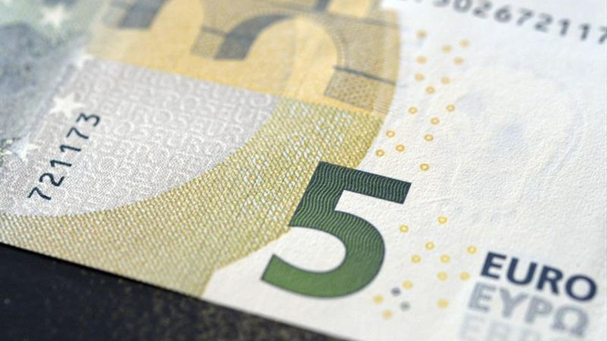 El euro baja hasta los 1,1660 dólares en Fráncfort
