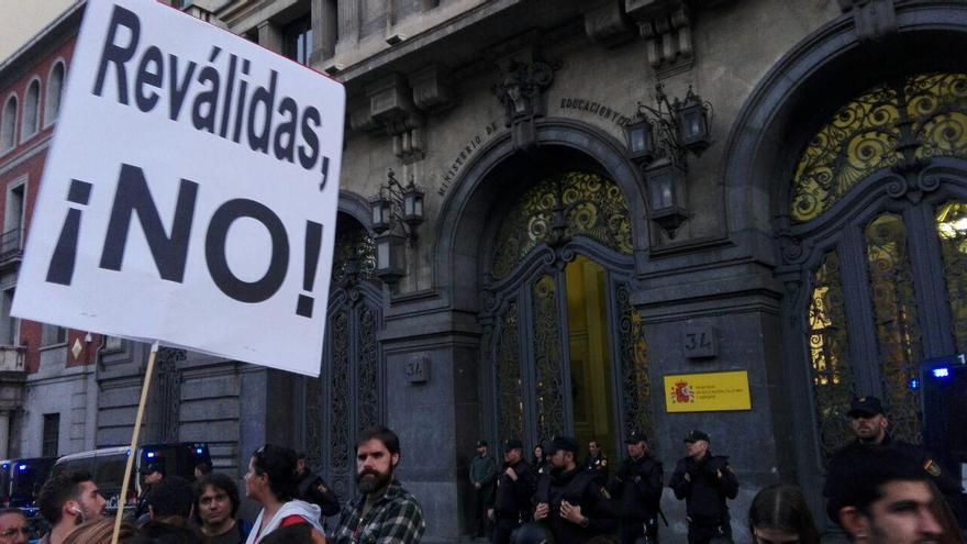 """""""Reválidas, no"""", frente al Ministerio de Educación durante la huelga del 26 de octubre. / S.P"""