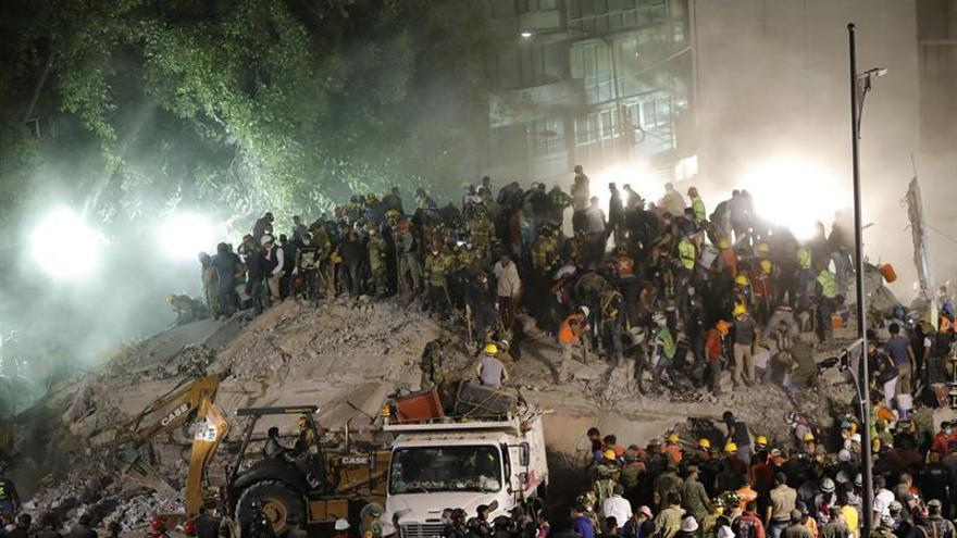 Las labores de rescate prosiguen sin descanso tras terremoto con 225 muertos