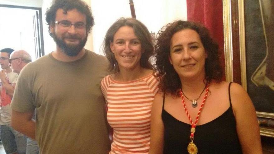 La nueva concejala de València en Comú, Neus Fábregas (derecha), junto a María Oliver y Berto Jaramillo