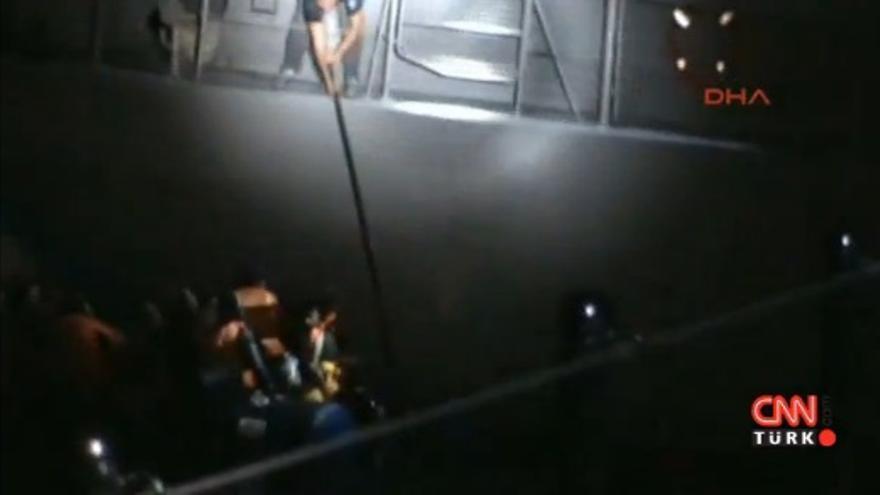 Captura del vídeo de CNN en el que un guardacostas griego pincha una barca de refugiados en alta mar.