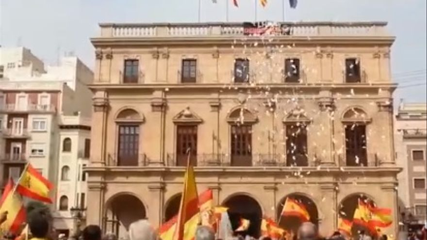 Imagen del lanzamiento de papeletas del referéndum de Catalunya sobre una concentración españolista en Castellón. Imagen: Brigades Antifeixistes de Castellón.