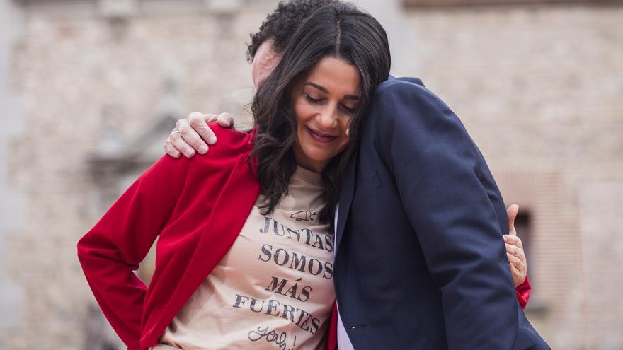 La presidenta de Ciudadanos, Inés Arrimadas y el candidato de Cs a la Presidencia de la Comunidad de Madrid, Edmundo Bal, en el último acto de campaña, en la Plaza de la Villa de Madrid.