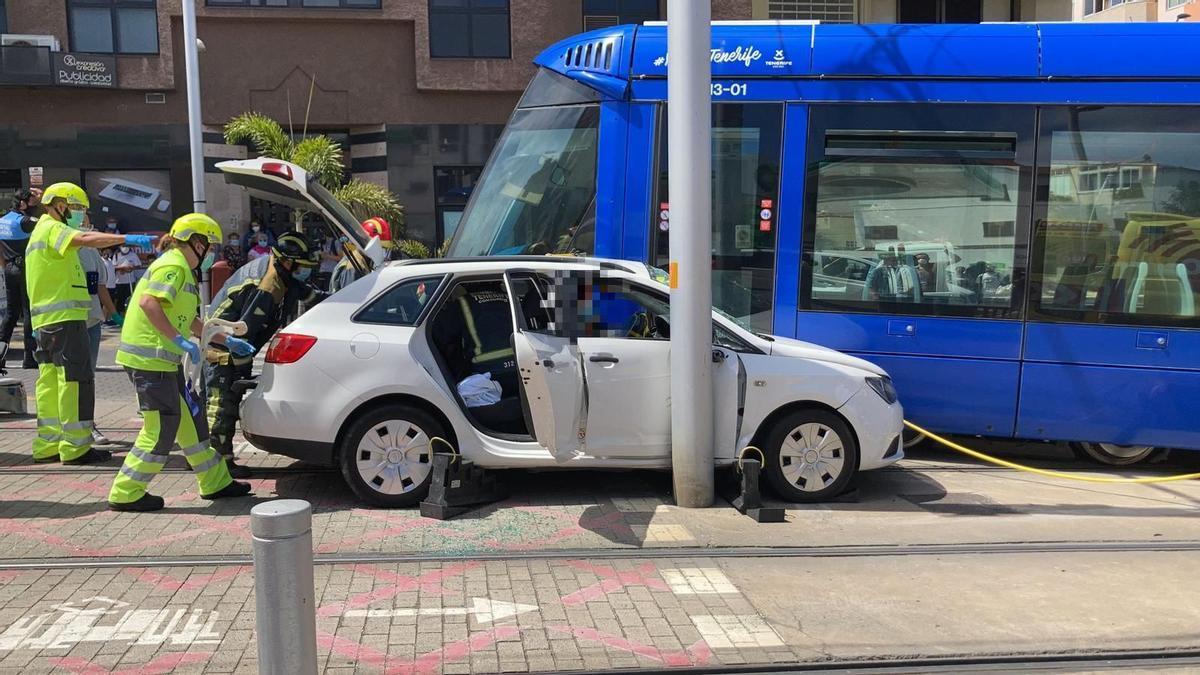 Vehículo accidentado tras chocar contra el tranvía