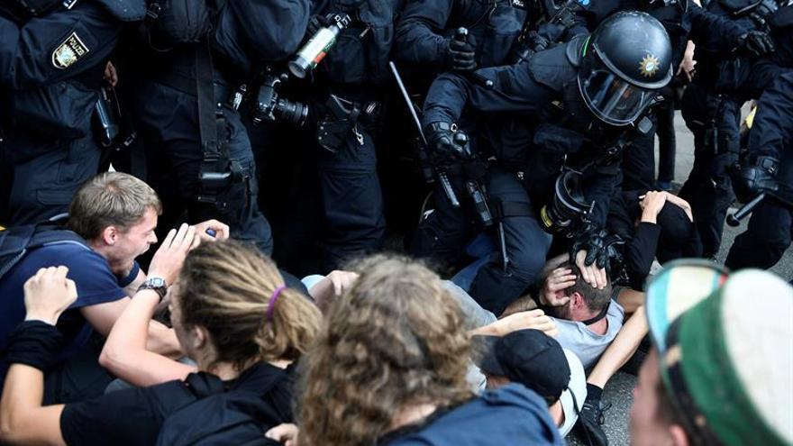 Los policías cargan contra los manifestantes en la cumbre del G20 en Hamburgo en julio.