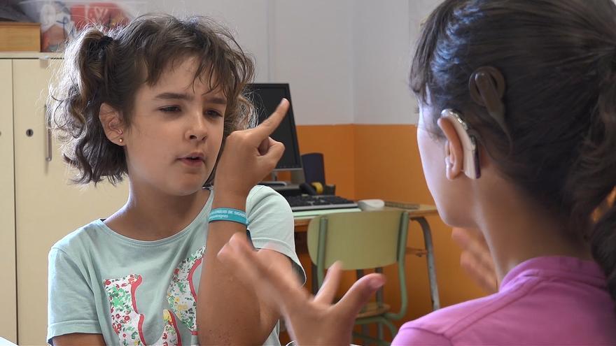 Dos alumnas del colegio Luis Fortich se comunican por medio del lenguaje de signos
