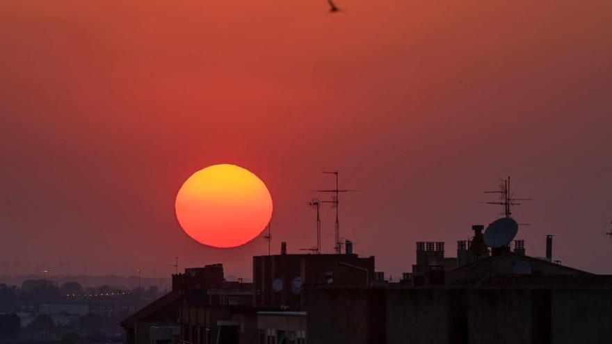 Vista del atardecer en Zaragoza, marcado por las altas temperaturas. EFE/JAVIER BELVER