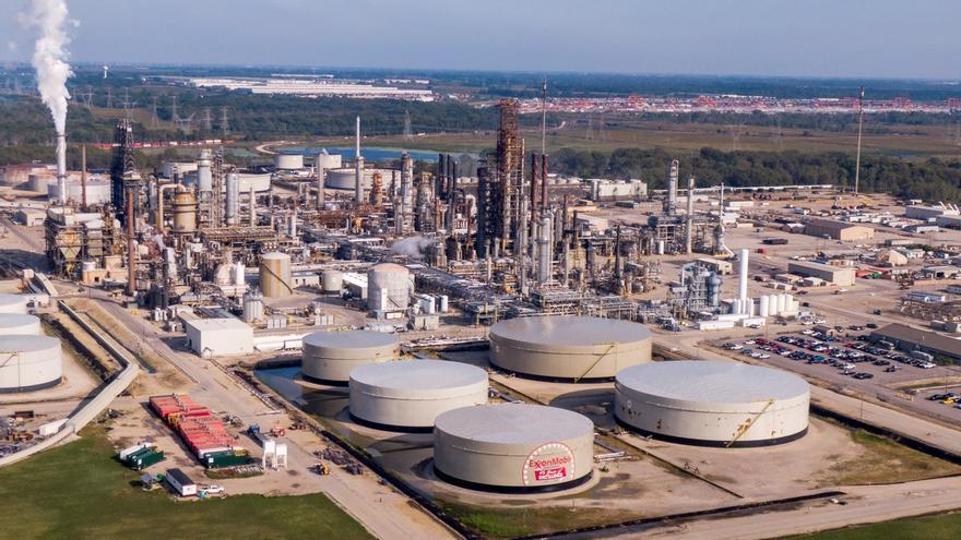 Fotografía de archivo que muestra la refinería de petróleo de Exxon Mobile en Channahon, Illinois, EE. UU.