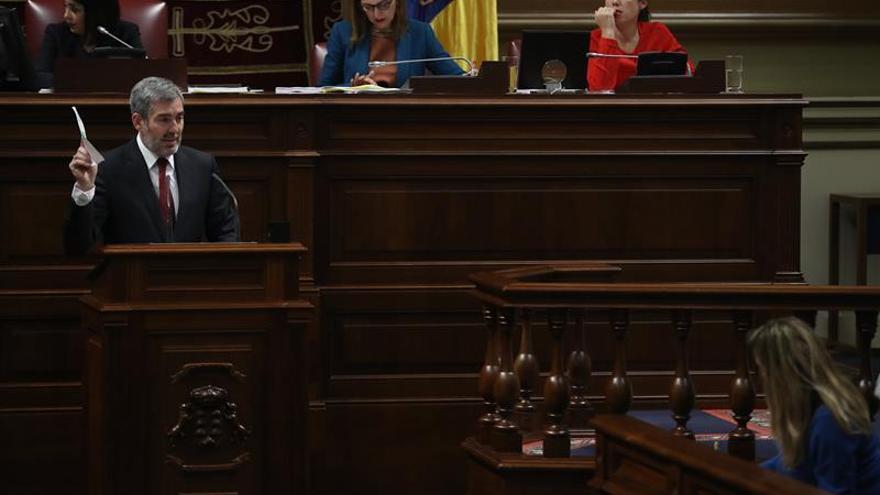 El presidente de Canarias, Fernando Clavijo, durante su replica a la portavoz del grupo Socialista, Dolores Corujo. EFE/ Cristóbal García