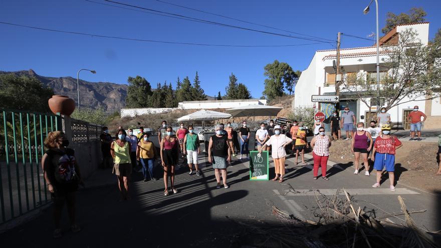 Los vecinos mantienen la barricada y la tensión en Tunte pese a que los 59 migrantes que serán trasladados dieron negativo en COVID-19