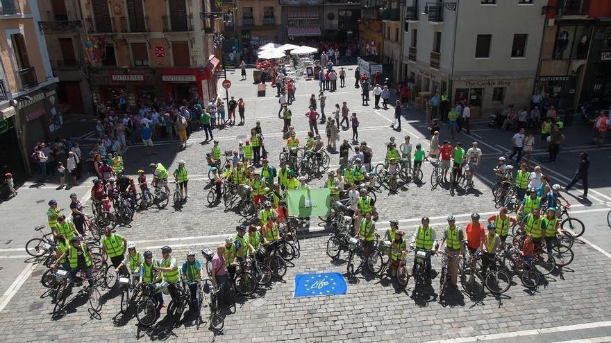 Unas 150 personas forman una gran bicicleta humana por la movilidad sostenible en Pamplona