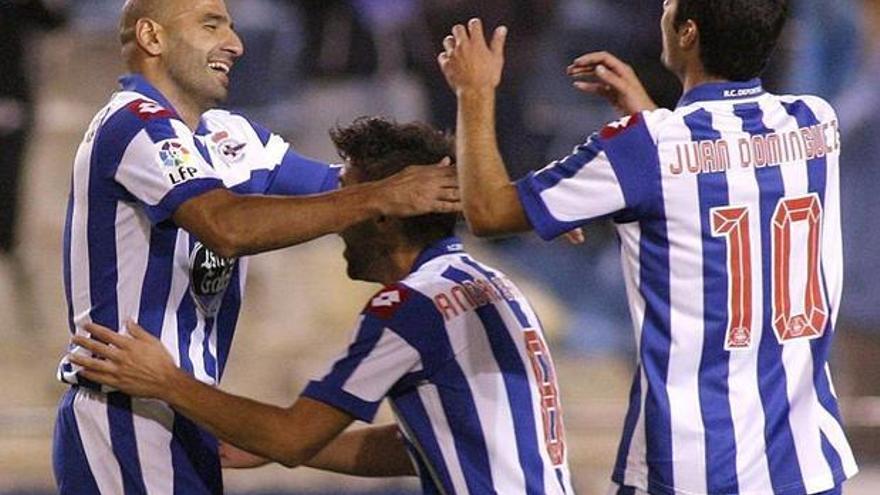 Manuel Pablo celebra un gol con sus compañeros del Deportivo de La Coruña