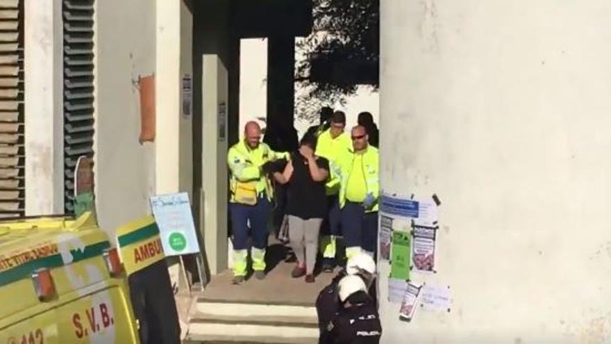 Safira Sánchez sale de su domicilio asistida por sanitarios