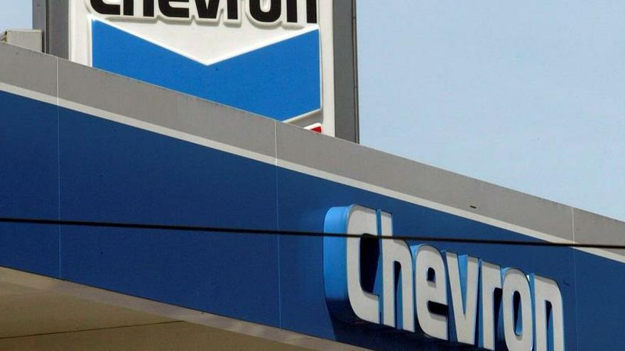 Fotografía de archivo que muestra una estación petrolera de Chevron en Los Ángeles, el 4 de abril de 2005.