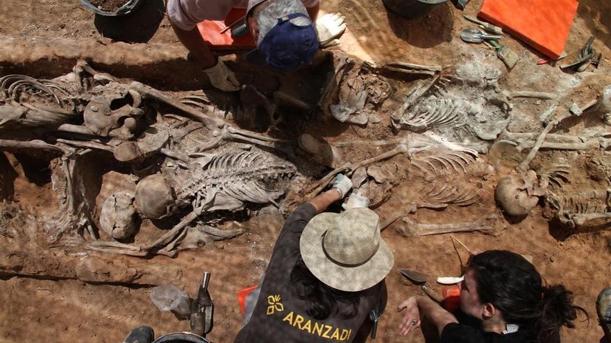 Exhumación en una de las 'fosas de los ferroviarios' en Aranda de Duero, en 2011. | ÓSCAR RODRÍGUEZ - ARANZADI