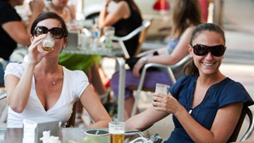 Tomarse una cerveza con los amigos en una terraza, el plan ideal de los canarios en verano