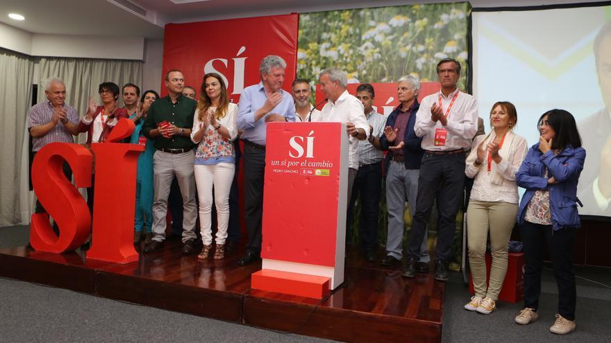 Los candidatos al Congreso de los Diputados por el PSOE, Sebastián Franquis, y por Nueva Canarias, pedro Quevedo, en el hotel Cristina de Las Palmas de Gran Canaria, acompañados por los líderes de la alianza. (Alejandro Ramos).