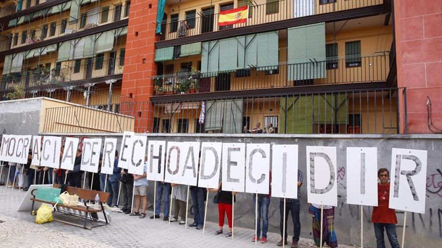 """Madrileños proreferéndum se concentran en Lavapiés al grito de """"¡Votaréis!"""""""