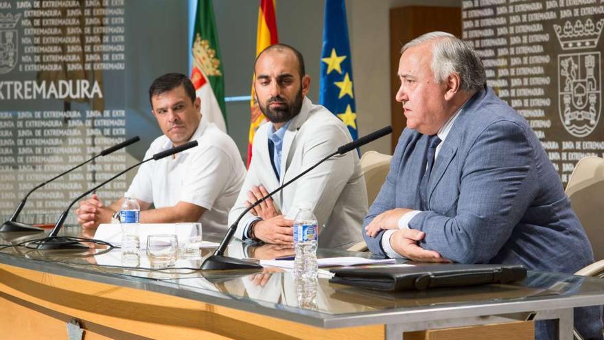 Ángel Calle, director de la Aexcid, y a la derecha Ventura Díaz